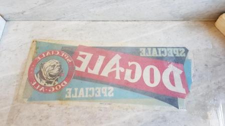 L'affiche posée à l'nvers sur le marbre