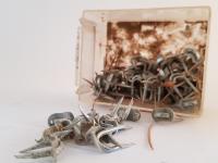 Ces clous cavaliers étaient souvent utilisés pour le fil du téléphone