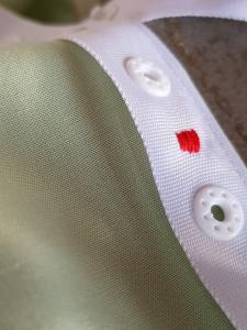 Le ruban est cousu sur le bord du drap