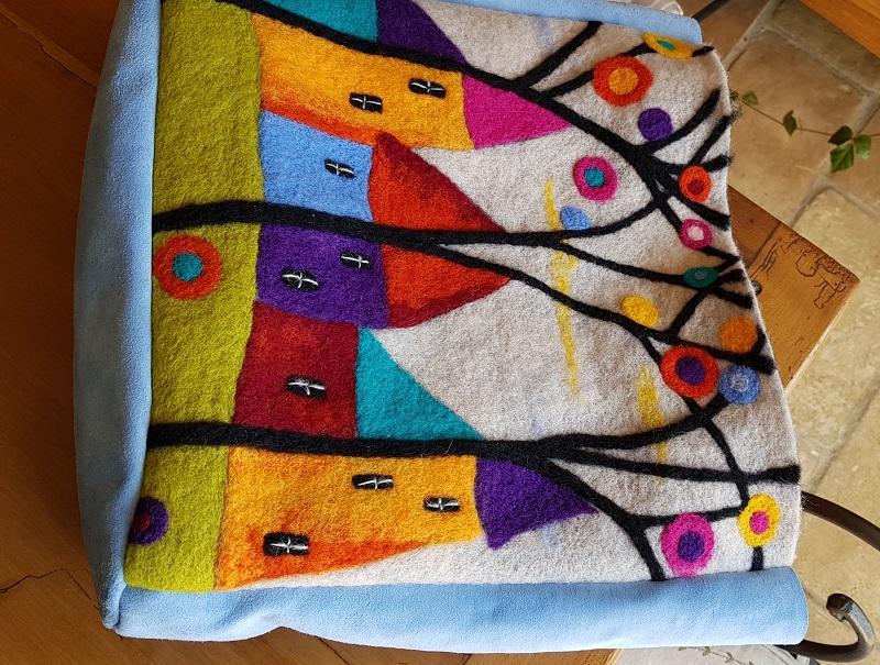http://www.latelierderosabel.com/medias/images/feutrage17-assemblage-des-pieces-en-cuir-et-en-laine.jpg