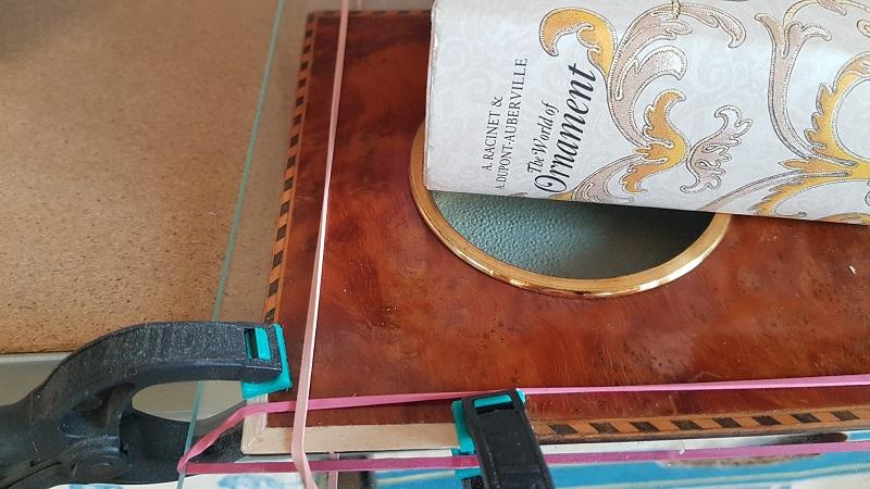 http://www.latelierderosabel.com/medias/images/marqueterie-pendant-cadre-serre-et-elastique.jpg