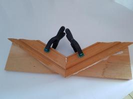 Deux moulures de porte collées à plat