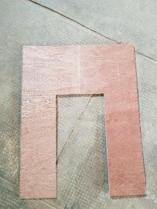 Le fond de la niche encadrera une porte miniature