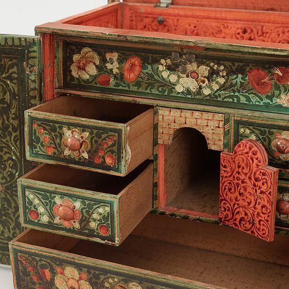 http://www.latelierderosabel.com/medias/images/meuble-a-tiroirs-avec-peinture.jpg