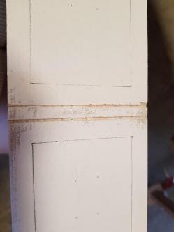 Un tiroir latéral peint en blanc