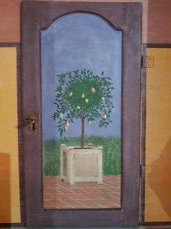 Petite porte avec vue sur un citronnier