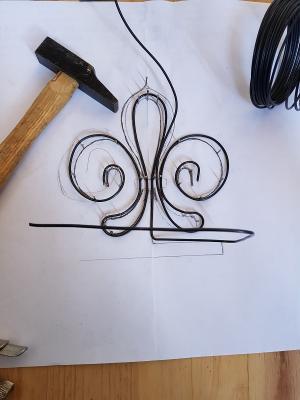 Le fil de fer suit le tracé du dessin autour des clous