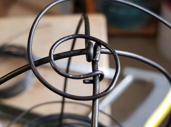 Le fil de fer de 1,4 mm est fixé au squelette