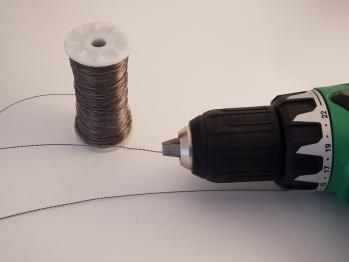Une torsade de fil fabriquée à l'aide de la visseuse