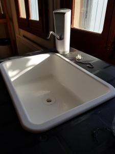 Un évier sans eau courante